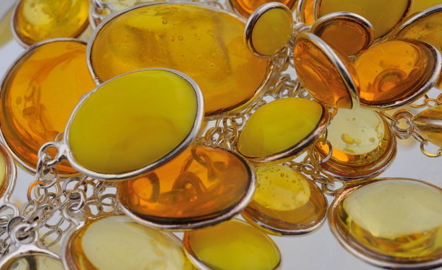 Collier jaune detail