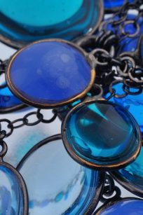 Collier bleu detail